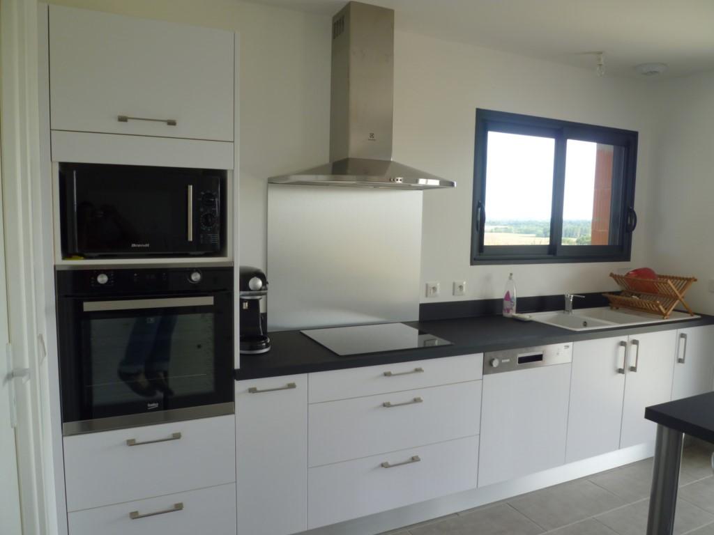 Pose de cuisine menuisier pr s de mont de marsan 40 for Credence cuisine noir et blanc